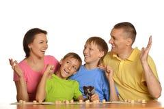 Familjfolk som spelar lottot Arkivfoton