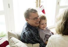 Familjfolk som tycker om julferie Royaltyfri Foto