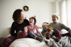 Familjfolk som tycker om julferie Arkivbilder