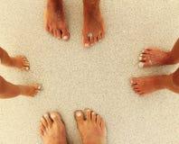 Familjfot på sanden på stranden royaltyfria bilder