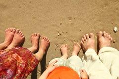 Familjfot på sanden på stranden Arkivbild