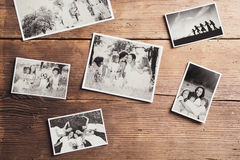 Familjfoto som läggas på en tabell royaltyfri bild