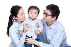 Familjfotoet med behandla som ett barn sonen royaltyfria bilder
