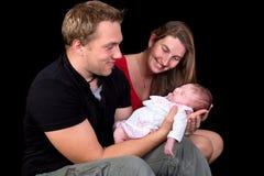 Familjfotoet med nyfött behandla som ett barn Arkivbild