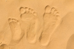 Familjfotspår på sanden Fotografering för Bildbyråer