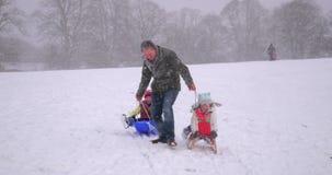 Familjgyckel i snön stock video