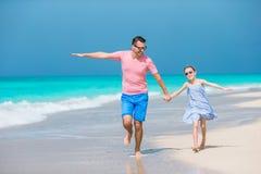 Familjgyckel på den vita sandstranden Royaltyfri Fotografi