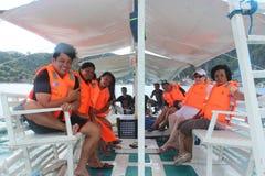 Familjgyckel på ett fartyg turnerar av de filippinska öarna Arkivfoton