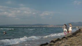 Familjgyckel på stranden. arkivfilmer