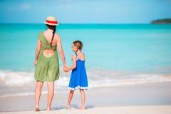 Familjgyckel på vit sand Barnet fostrar och den förtjusande ungen som spelar på den sandiga stranden på en solig dag Arkivbilder