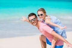 Familjgyckel på vit sand Le fadern och det förtjusande barnet som spelar på den sandiga stranden på en solig dag Arkivfoton