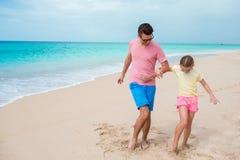 Familjgyckel på vit sand Le fadern och det förtjusande barnet som spelar på stranden Royaltyfria Foton