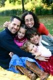 familjgyckel som har parkbarn Arkivfoto