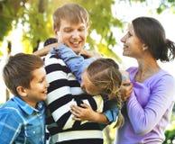 familjgyckel som har parken Arkivfoto