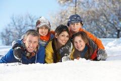 familjgyckel som har snöig barn för liggande Arkivfoton