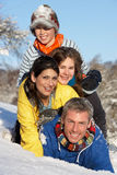 familjgyckel som har snöig barn för liggande arkivbilder