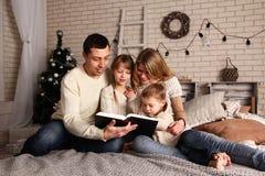 Familjhem på jul Fotografering för Bildbyråer