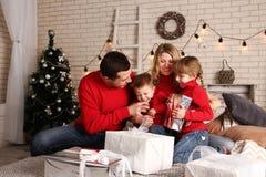 Familjhem på jul Arkivbilder