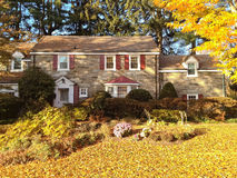 Familjhus med den främre gården i fallfärger Royaltyfria Foton