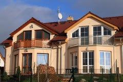 familjhus moderna två Royaltyfri Bild