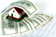Familjhus och pengar. Arkivbild