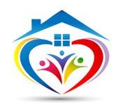 Familjhuslogoen/facklig lycklig hjärta för förälskelse som hem formas, inhyser logo Arkivfoto