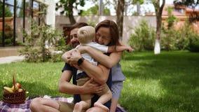 Familjidyll Lyckligt barn som kör till hans föräldrar i ett suddigt perspektiv Slutet av barn kopplar ihop upp att krama hans lit arkivfilmer