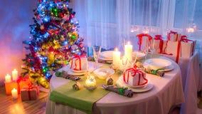 Familjjul bordlägger inställningen med grön och vit garnering fotografering för bildbyråer