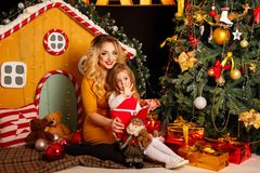 Familjjul Fostra och dottern Arkivfoton