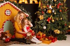 Familjjul Fostra och dottern Arkivfoto