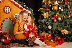 Familjjul Fostra och dottern Fotografering för Bildbyråer