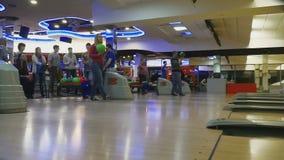 Familjkonkurrenser i bowlingklubbakvant stock video