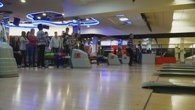 Familjkonkurrenser i bowlingklubbakvant arkivfilmer