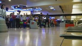 Familjkonkurrenser i bowlingklubbakvant lager videofilmer