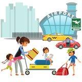 Familjkvinna med flickor i väntande överföring för taxi till flygplatsen Mamma med tre barn som bär på spårvagnen med bagage Royaltyfria Bilder