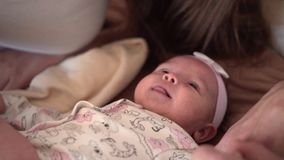 Familjleende i s?ng, var den lilla dottern?rbilden Leenden kramar, kyssar, lycklig familj stock video