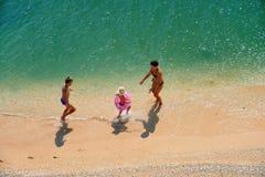 Familjlek på en strand Arkivbilder
