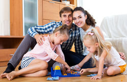Familjlek på lottoleken Arkivfoton