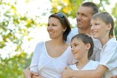 Familjlek på naturen Arkivfoto