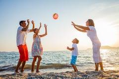 Familjlek på stranden Royaltyfria Bilder