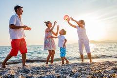 Familjlek på stranden Royaltyfri Fotografi
