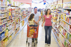 familjlivsmedelsbutik som shoppping royaltyfri bild