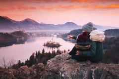 Familjlopp Europa avtappad lake slovenia royaltyfri bild