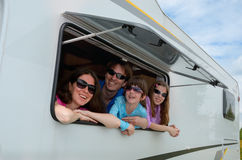 Familjlopp i motorhome (RV) på semester Royaltyfria Bilder