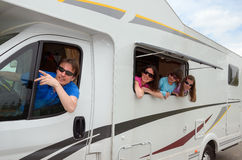 Familjlopp i motorhome (RV) på semester Arkivbilder