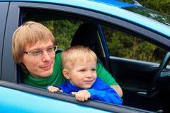 Familjlopp med bilen Royaltyfri Bild