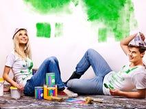 Familjmålarfärgvägg hemma. royaltyfria bilder