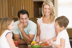 familjmålmealtime som tillsammans förbereder sig Royaltyfri Bild