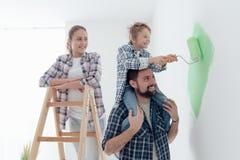 Familjmålningväggar tillsammans fotografering för bildbyråer