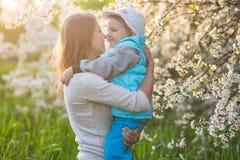 Familjmamma med dotterkvinnan med barnet i vårställning och hu arkivbilder